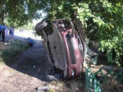 В Одессе угнанный автомобиль врезался в дерево