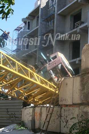 В Николаеве подъемный кран рухнул на пятиэтажку