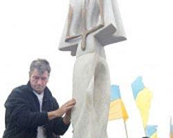 На Говерле Ющенко установил скульптурную композицию