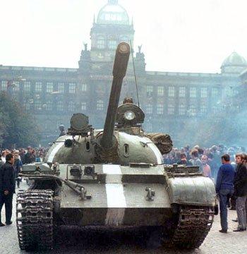 Советский танк на Вацлавской площади в августе 1968 года