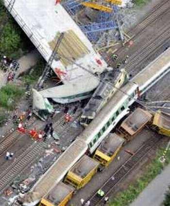 Скорый поезд Eurocity врезался в железнодорожный мост