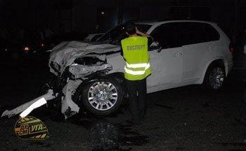 После столкновения с «Daewoo» у «BMW» сильно поврежден передок.