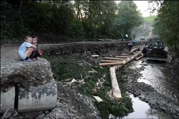 В селе Лазещина Раховского района Закарпатья водой размыло часть дороги.