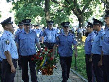 Ужгород. Возложение цветов к монументу Славы погибшим милицонерам на Православной набережной.