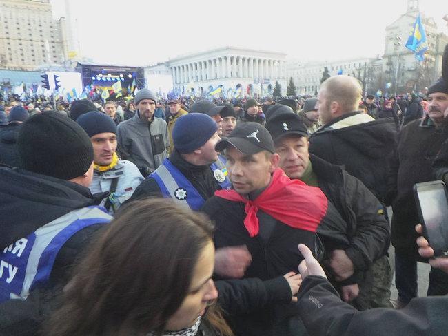 """Петро Порошенко попал под """"яичный обстрел"""" на Майдане"""