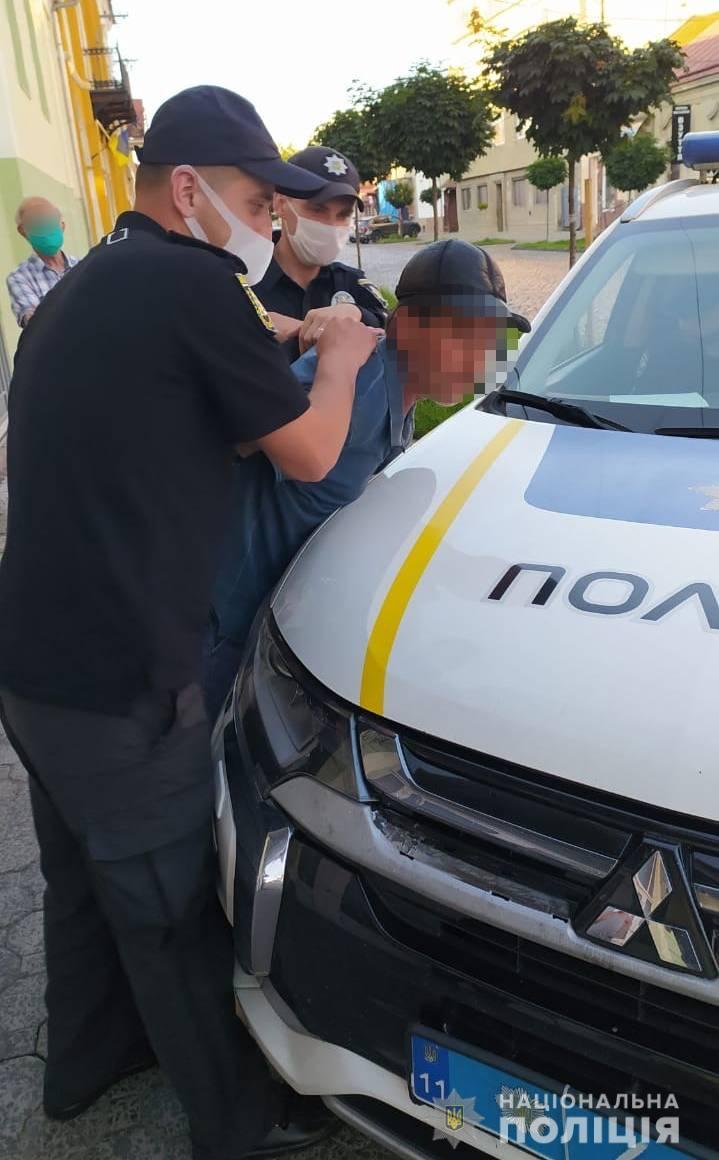 Появился из неоткуда: В Мукачево прохожие буквально спасли невинного человека