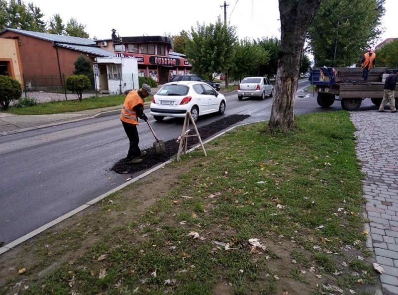 """В Ужгороде на ул. Капушанской оперативно заделали знакомый всем """"провал"""" дорожников"""