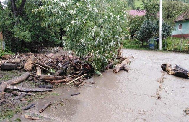 На Закарпатті ліквідовують жахливі наслідки сильних злив та паводків