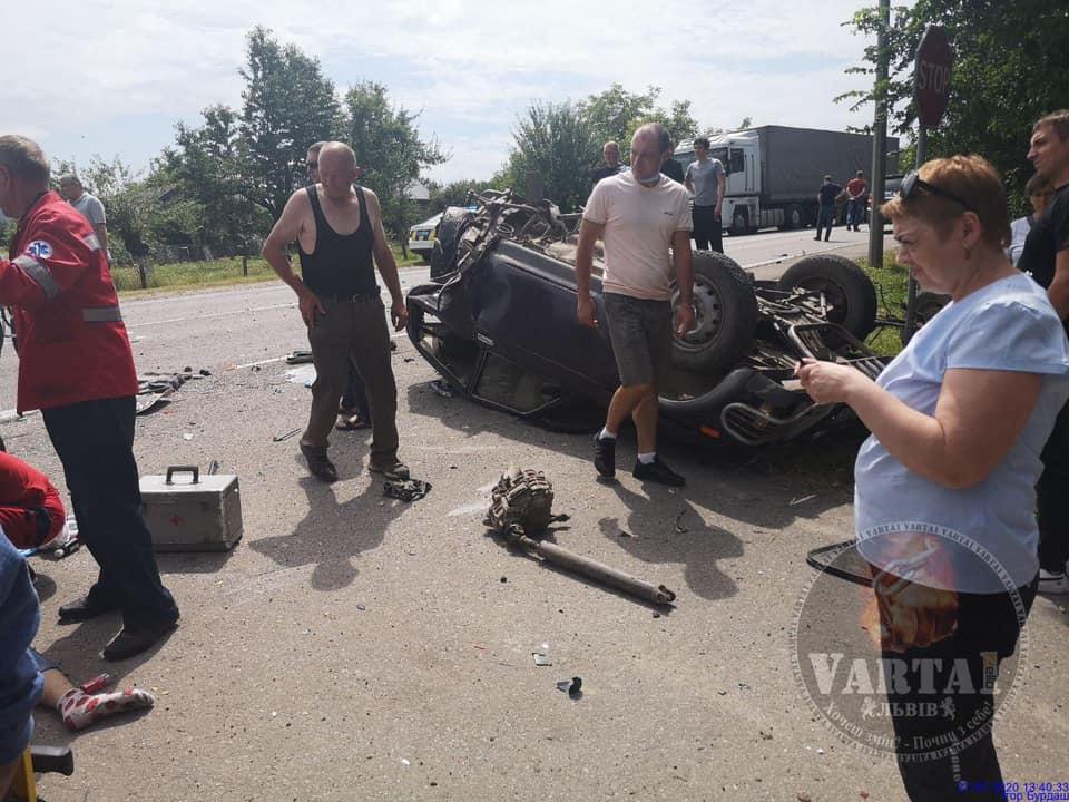 Жахлива аварія на Львівщині: зіткнулися вантажівка та два легковики