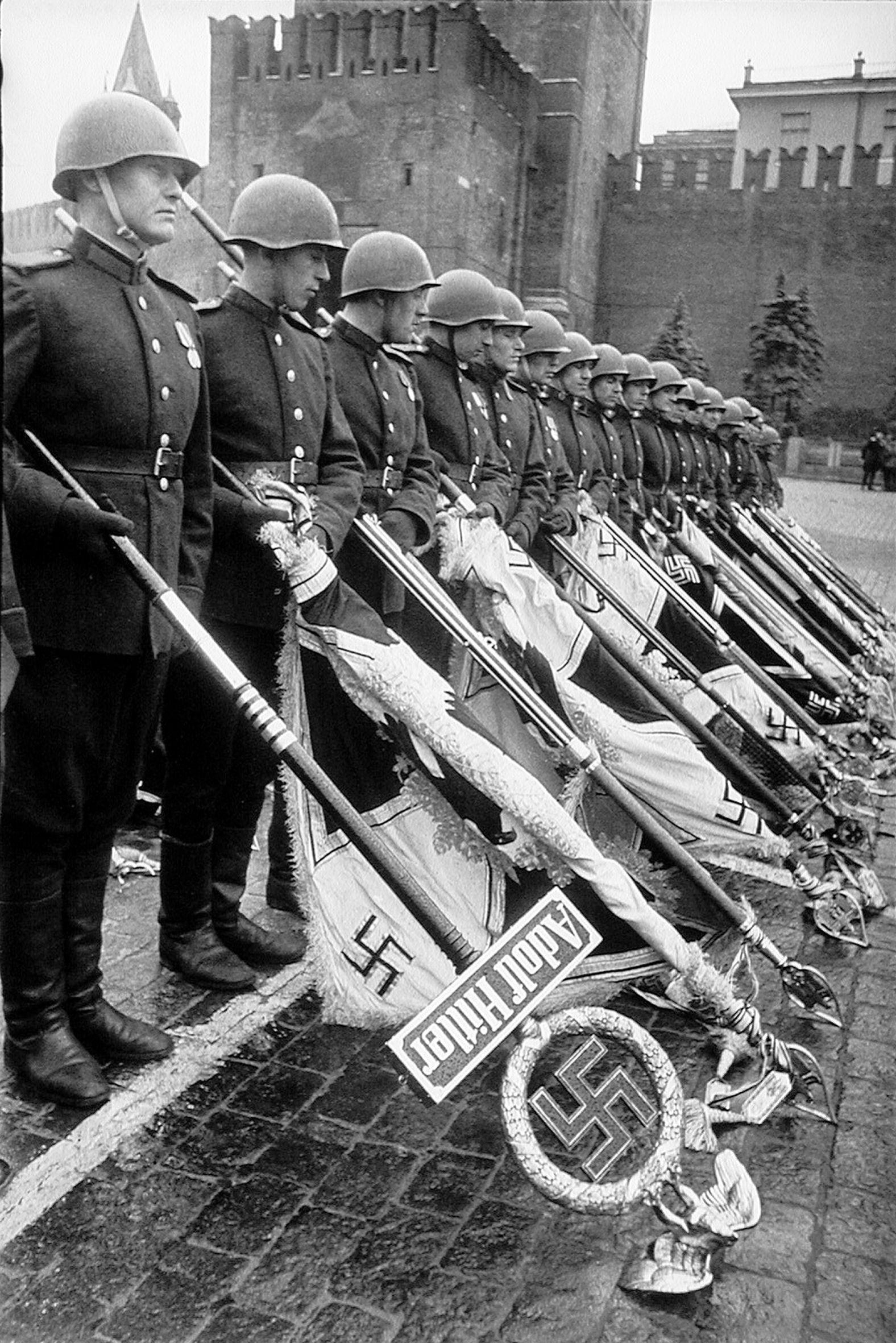 Поверженные штандарты гитлеровских войск