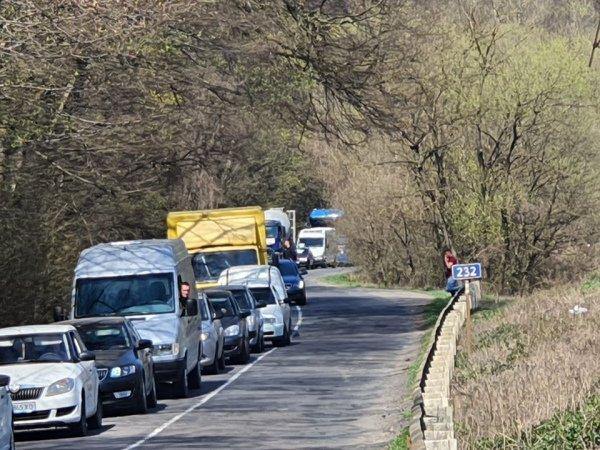 Возле Ужгорода десятки водителей стоят на трассе по 50 минут
