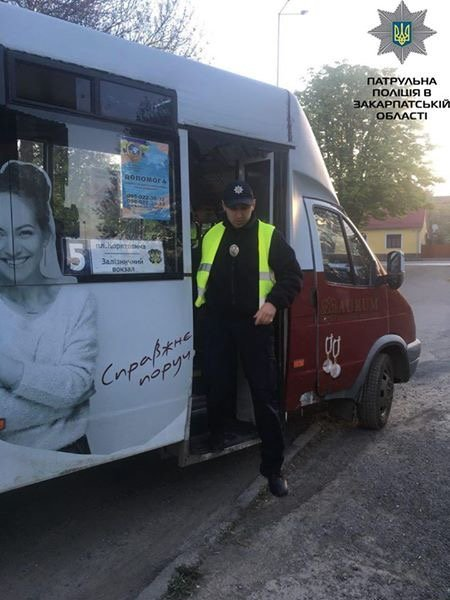 Патрульні поліцейські Закарпаття проводять перевірку пасажирських перевезень