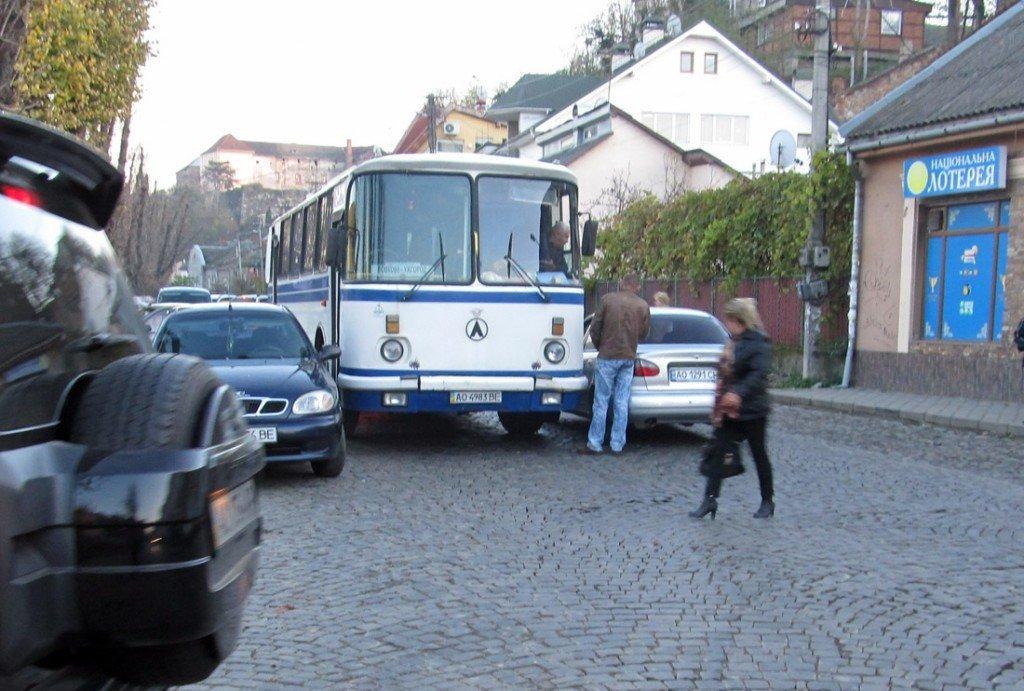 Рейсовий автобус «Вовкове-Ужгород» не зміг роз'їхатися з «Ланосом»