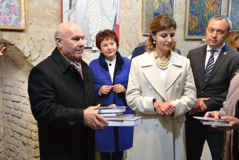 Перша леді оглянула експозицію виставки художниць Закарпаття
