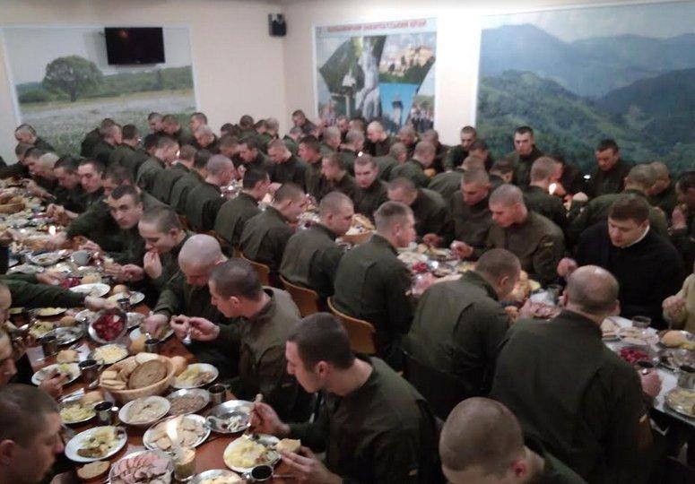Ужгород. Різдво Христове у 4 батальйоні 2 Галицької бригади Нацгвардії святкують завжди з дотриманням усіх необхідних традицій.