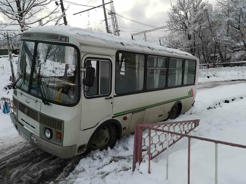 У засніженому Воловці рятувальники витягли рейсовий автобус з кювету.
