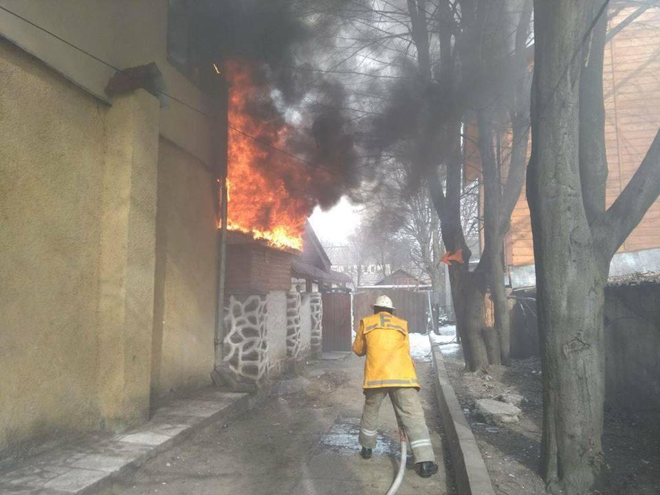 Закарпаття. У Рахові від знищення пожежею рятували кафе