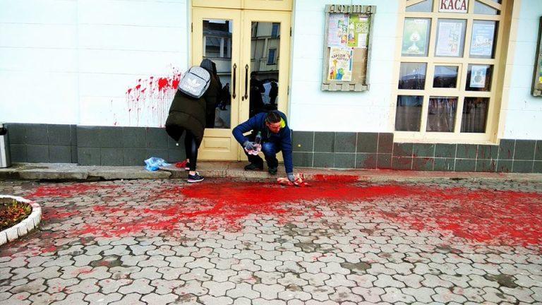 Акція-провокація в Ужгороді з облиттям фарбою – це замовне шоу для мас-медіа