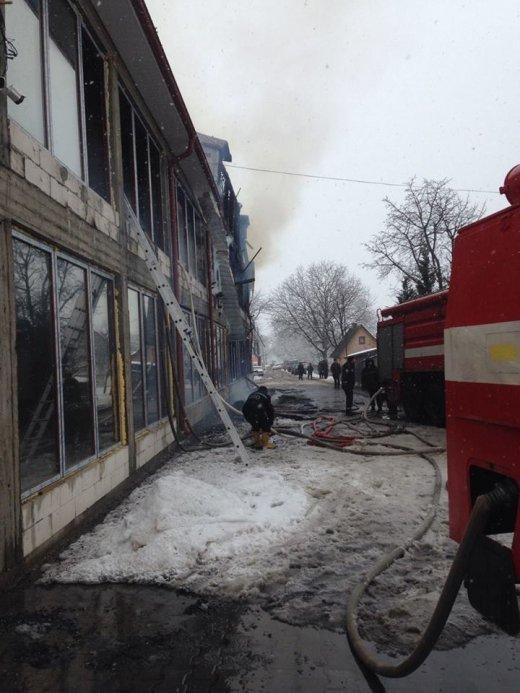 Закарпаття. Триває ліквідація пожежі в 4-поверховому торговому центрі на Тячівщині