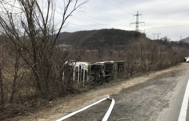 На Закарпатті в кюветі опинилися вантажівки