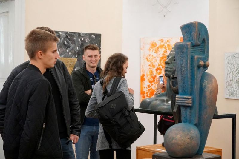 Справжні метри та зовсім юні художники представили свої осінні роботи на виставці в столиці Закарпаття