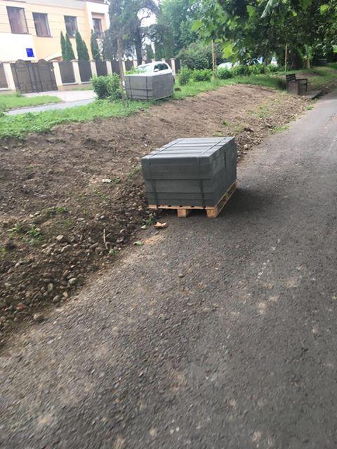 В Ужгороде меняют дорогие каменные бордюры на какое-то бетонное дерьмо