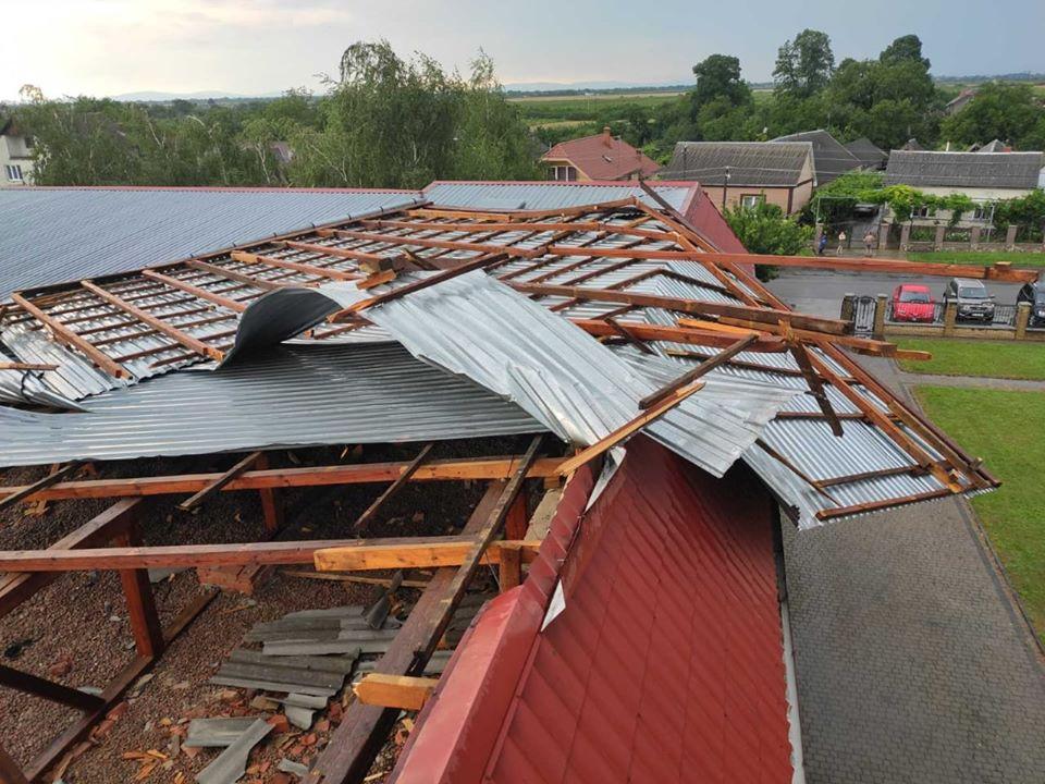 Возле Ужгорода шквальный ветер сорвал крышу дома