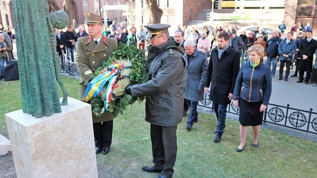 Памятник жертвам Голодомора, который открыли в Венгрии, создали закарпатцы