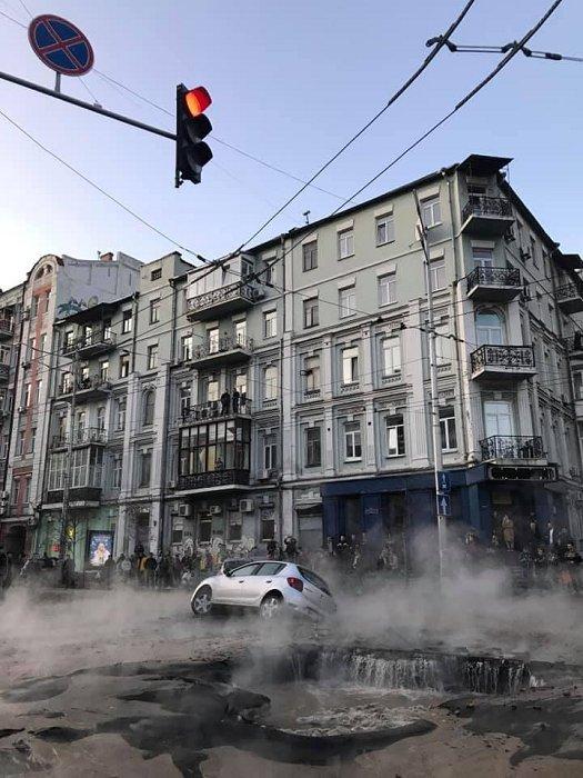 В центре Киева провалился асфальт, две машины ушли под землю