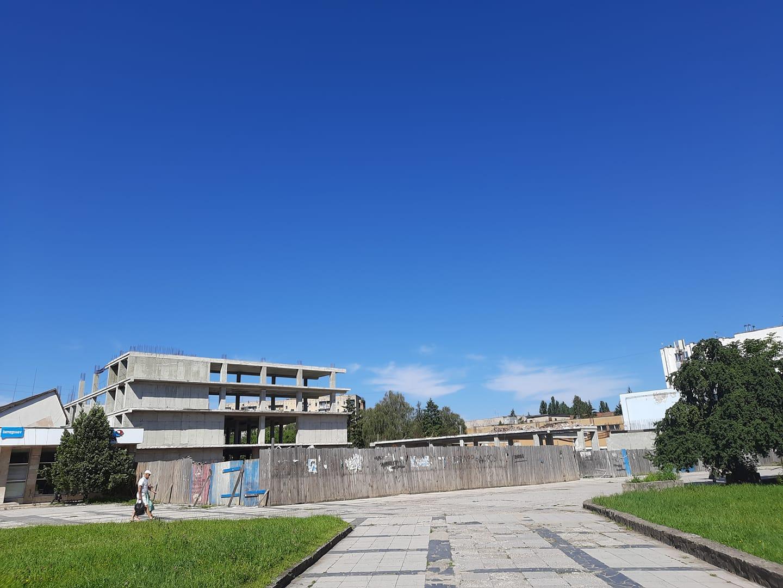 """в Ужгороде на глазах у прохожих обвалилась стена """"исторического"""" для города здания бывшего универмага """"Украина"""""""