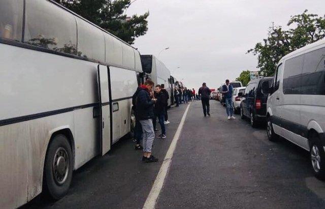 Закарпатя: у пунктах пропуску на кордоні утворилися багатокілометрові черги
