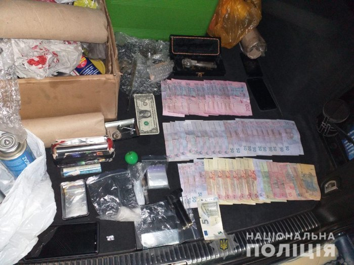В Закарпатье остановили молодого человека с кучей денег и пакетиками с кристаллическим веществом