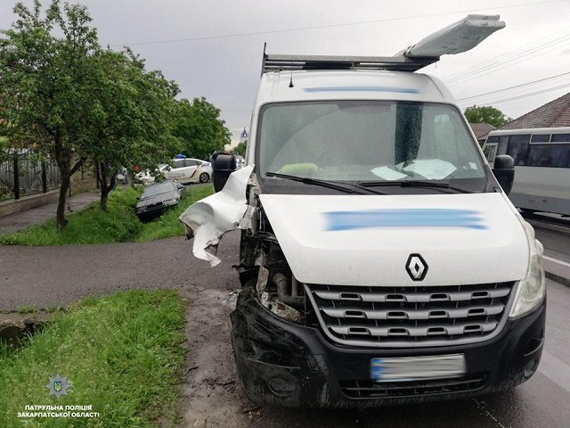 Проморгал: В селе Ракошино на трассе Киев-Чоп микроавтобус Renault протаранил Skoda