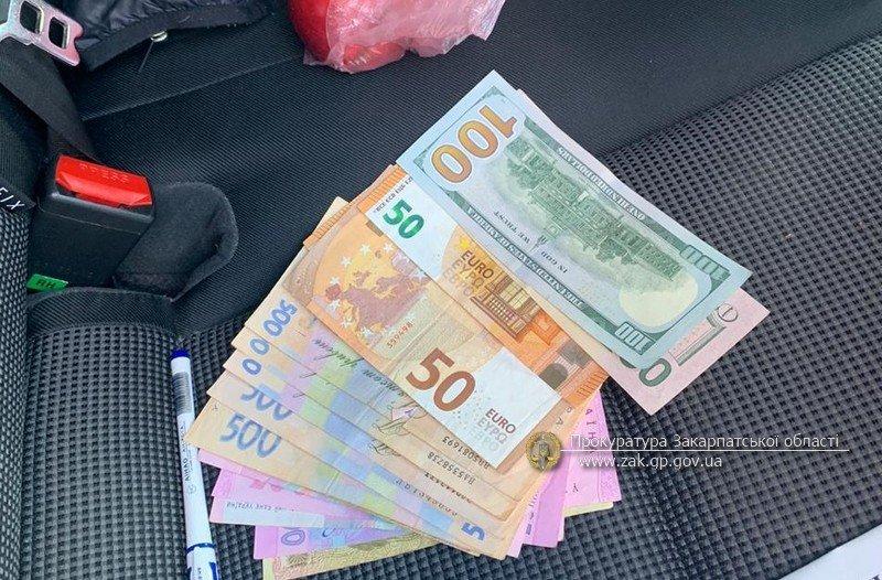 В Закарпатье служащий требовал от местного жителя 50 тысяч гривен за свои услуги