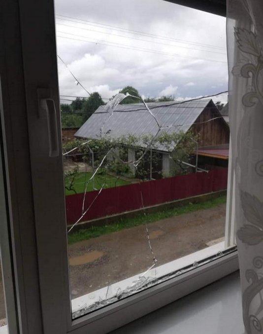 Закарпаття: невідомі розбили вікно в будинку настоятеля храму Святого пророка Іллі на Рахівщині