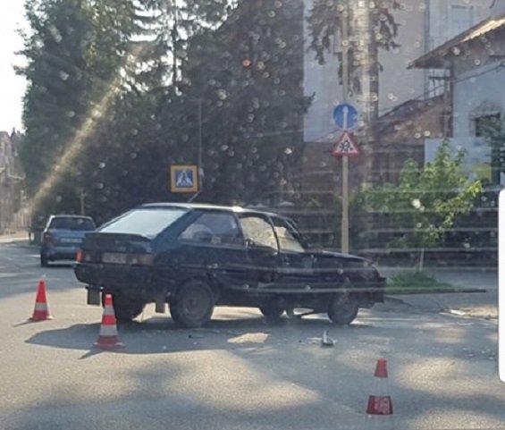 """В Ужгороді після зіткнення один з автомобілів """"винесло"""" на пішохідну доріжку"""