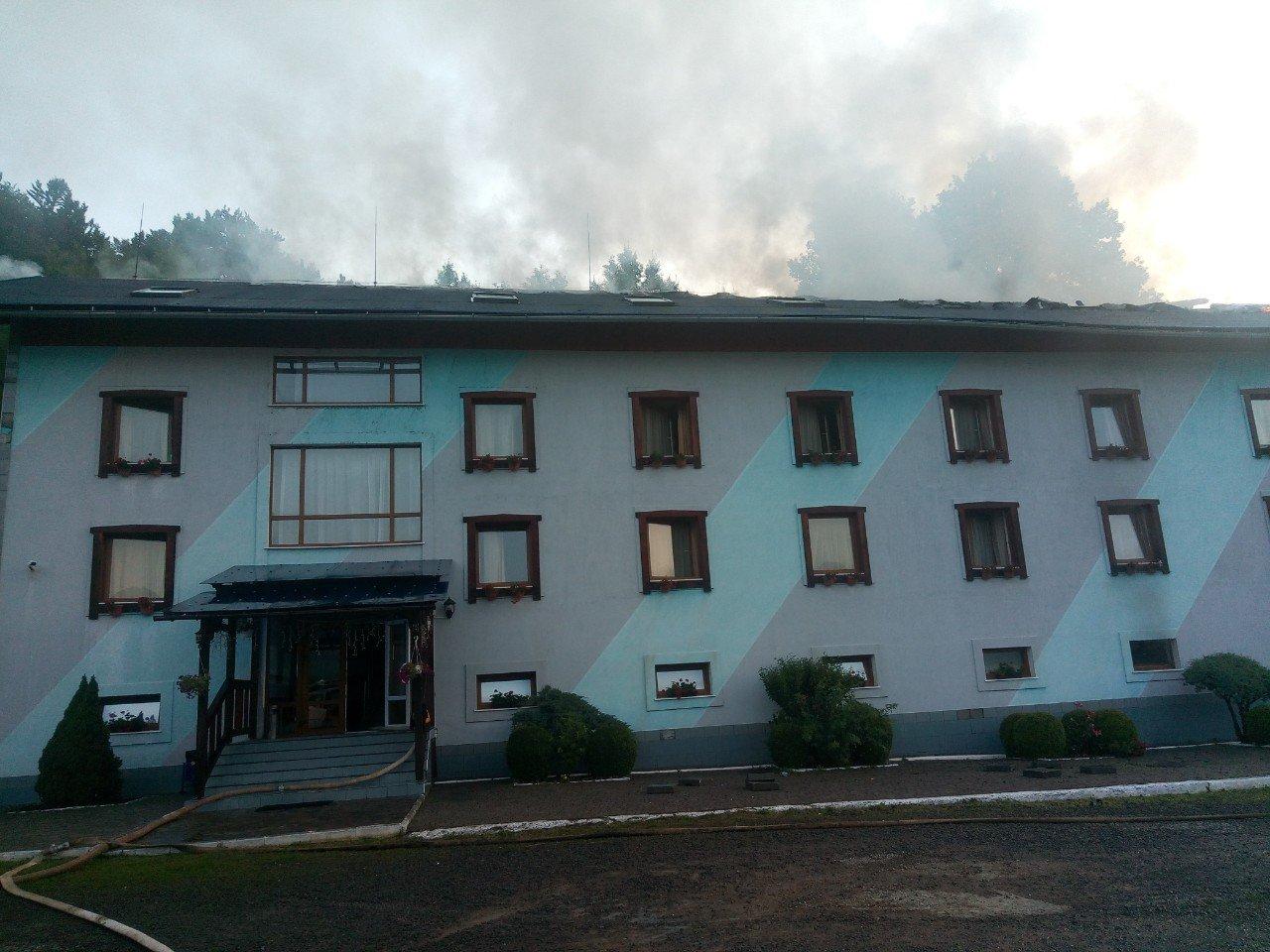 Вогнеборці Закарпаття ліквідували пожежу в готельно-ресторанному комплексі з купою дітей