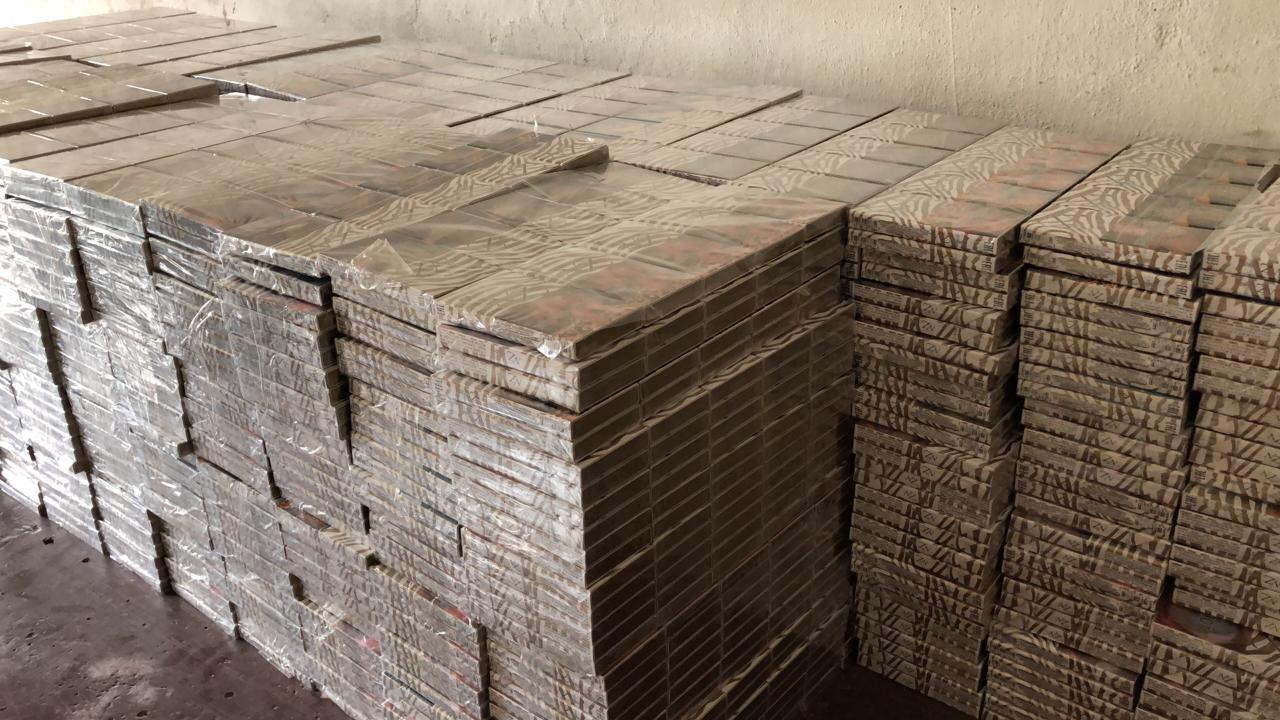 На кордоні з Угорщиною в мікрику українця виявили майже 6 тисяч пачок контрабандного курива