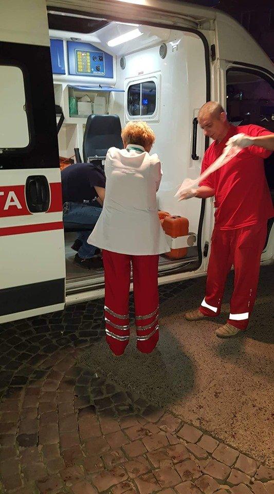 Море крові посеред нічного міста! В Ужгороді на вулиці знайшли чоловіка, що зазнав розбійного нападу