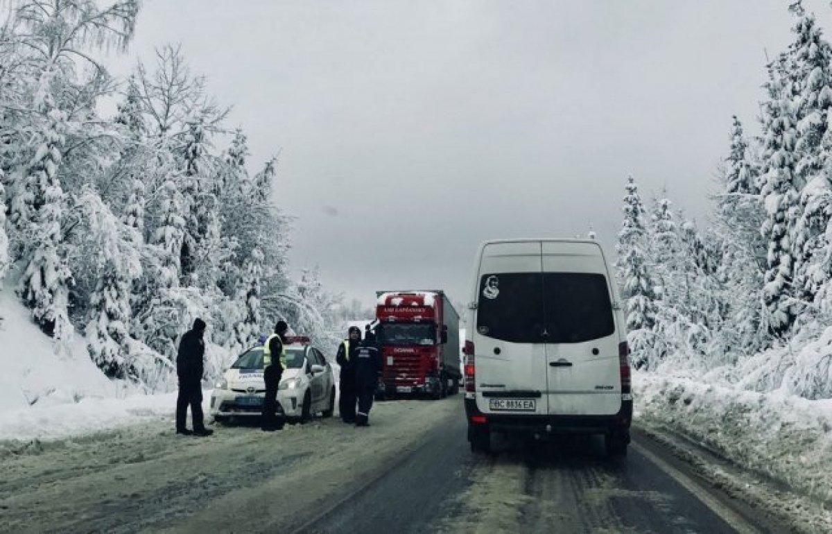 На Закарпатье из-за снегопадов образовались большие километровые пробки