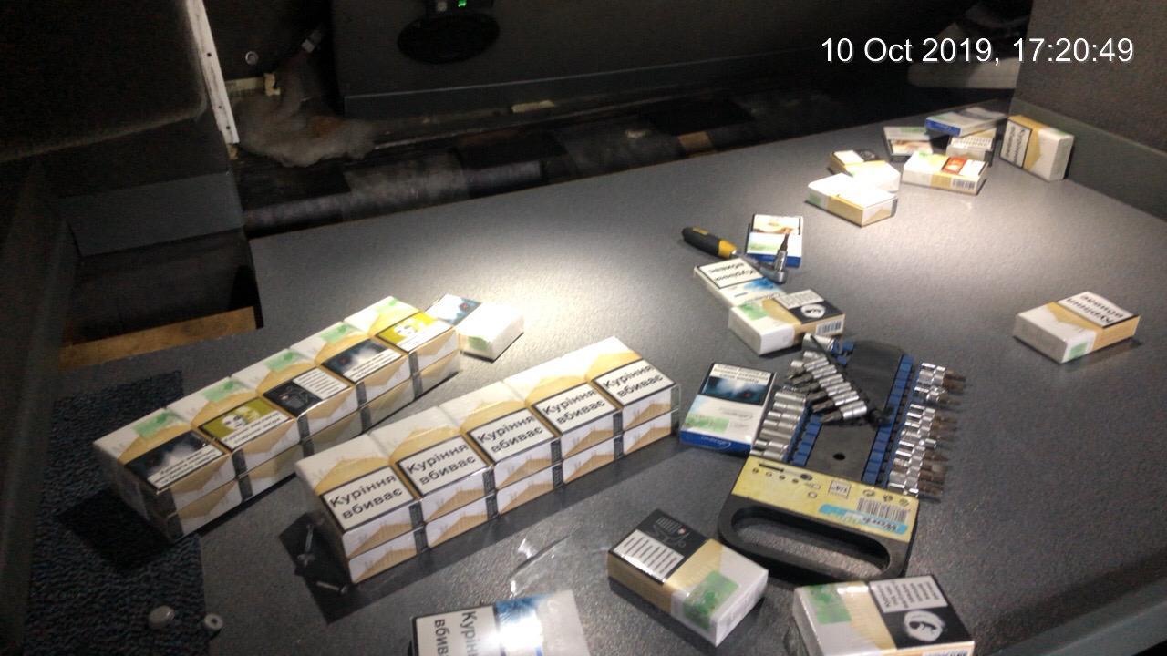 Митники Закарпаття вилучили у керманича міжнародного автобуса цигарок майже на 48 тисяч гривень