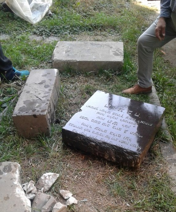 Мешканець Закарпаття відкопав на обійсті надгробну плиту померлого у 1939-му році єврейського рабина