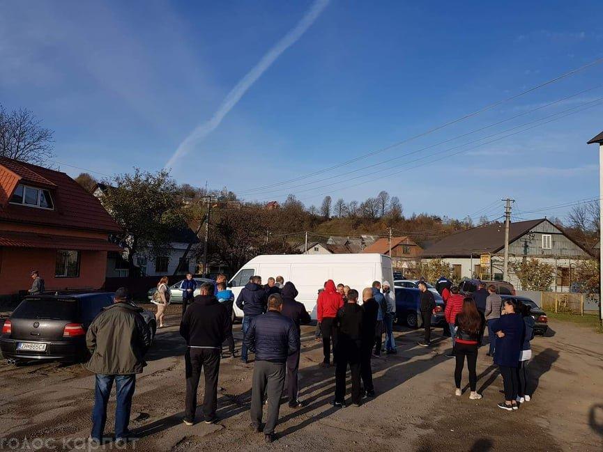 """Жителі Закарпаття вийшли на мирну попереджувальну акцію """"антидорожного"""" протесту"""