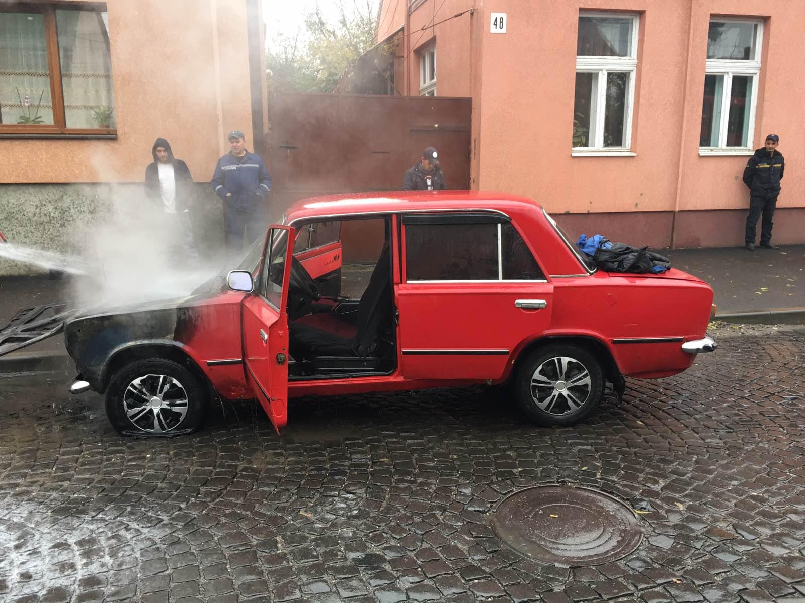 Закарпаття. Легковий автомобіль палав на вулиці Тюльпанів у Виноградові