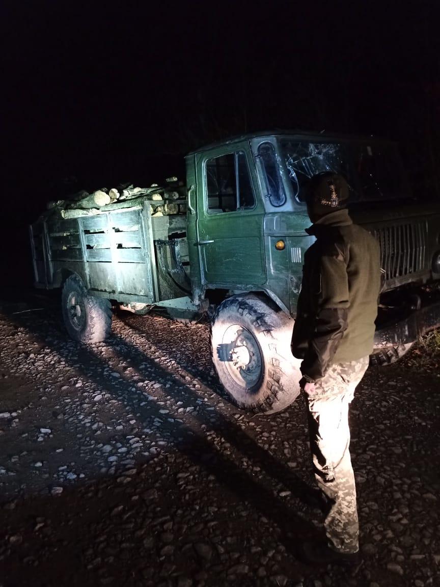 """""""Зелені кашкети"""" Закарпаття затримали на Березнянщині """"ГАЗ-66"""", вщерть набиту незаконно нарубаною деревиною"""
