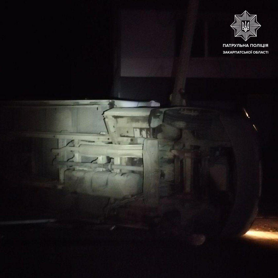 У Мукачево керманич вантажівки не обрав безпечної швидкості та врізався відразу в дві перешкоди