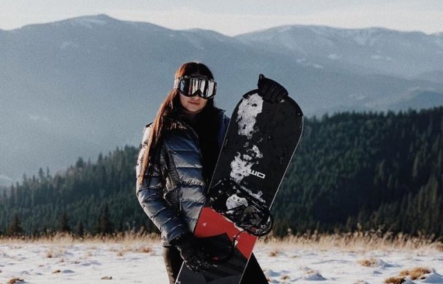 """Дівчина-""""сексі"""" із Мукачево у відвертому боді відкрила сніжну трасу в """"Буковелі"""""""