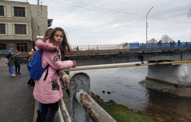 У Мукачево школярі ризикують життям заради розваги
