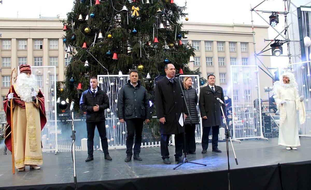 Головна новорічна ялинка Закарпаття спалахнула вогнями в Ужгороді