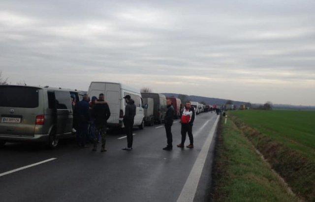 Заробітчани беруть штурмом КПП Закарпаття на кордонах— так їм хочеться вдома зустріти Різдво й Новий рік